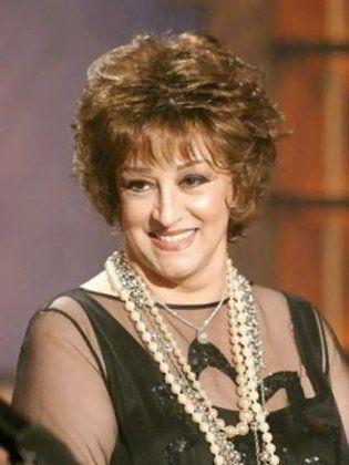 مطربة وممثلة جزائرية، من مواليد 22 يوليو 1939 في الحي اللاتيني بباريس في  فرنسا لأب جزائري وأم لبنانية. اسمها بالكامل (وردة محمد فتوكي).