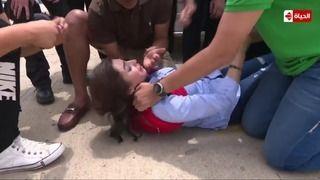"""بالفيديو: انهيار عصبي وإغماء روجينا في """"هبوط اضطراري"""""""