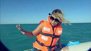 """بالفيديو: نوال الزغبي تتسبب في تغيير مسار """"رامز قرش البحر""""!"""