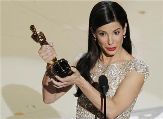 Image result for ساندرا بولوك بجائزة الأوسكار وجائزة التوتة الذهبية